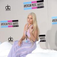 Lady Gaga montada en un caballo humilla a Miley Cyrus | American Music Awards '13 |