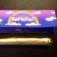 Miley Cyrus regala papel de fumar de oro en su Bangerz Tour | Los mejores momentos del concierto