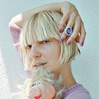 """""""Esto no es serio"""" Sia no enseña la cara, pero sí las tetas"""