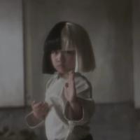 """Sia cambia a Maddie Ziegler por una niña karateka en el vídeo de """"Alive"""""""