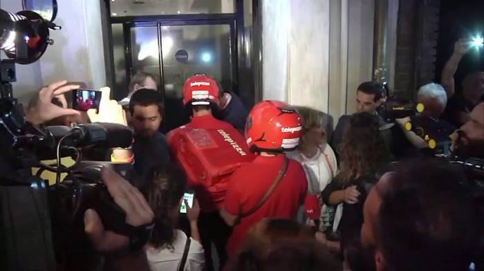 Repartidores de Telepizza llegando al lugar de la asamblea
